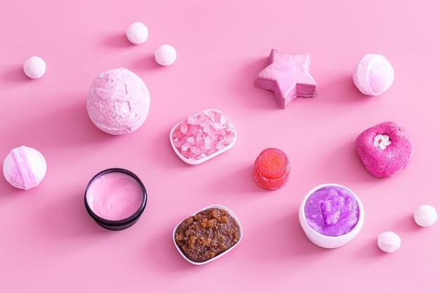 Een set producten voor de verzorging van de gezichts- en lichaamshuid. gezondheid en schoonheid concept.