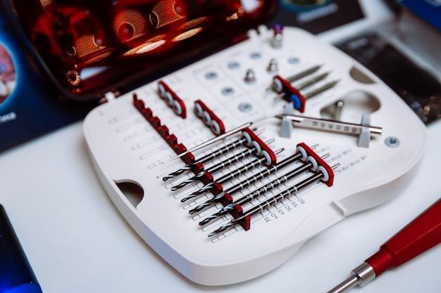 Een set professionele hulpmiddelen voor tandheelkunde en maxillofaciale chirurgie