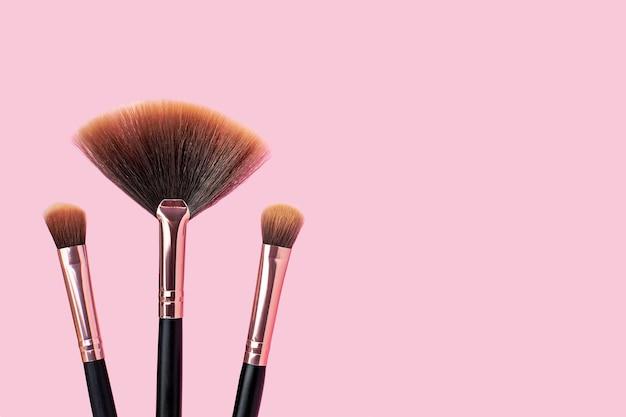 Een set professionele make-upborstels, stijlvolle make-up artist tools voor cosmetica, beautyconcept, huidverzorging