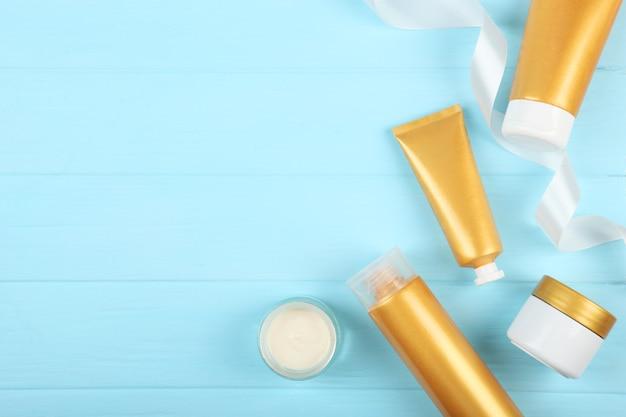 Een set schoonheidsproducten voor huid- of haarverzorging die voor het lichaam zorgt