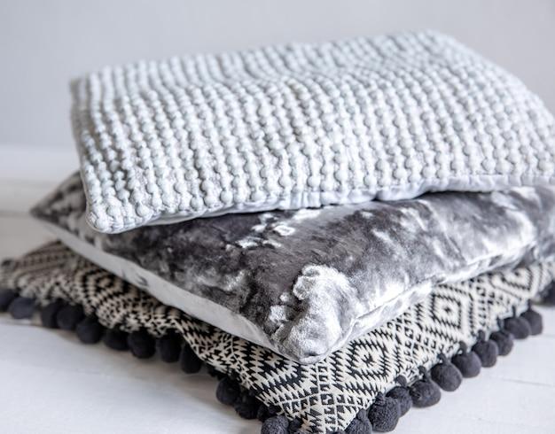 Een set sierkussens in een scandinavische minimalistische stijl.
