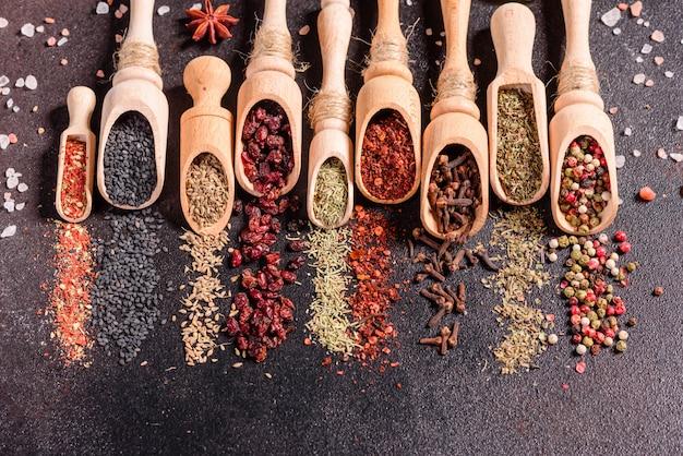 Een set specerijen en kruiden. indiase keuken. peper, zout, paprika, basilicum. bovenaanzicht