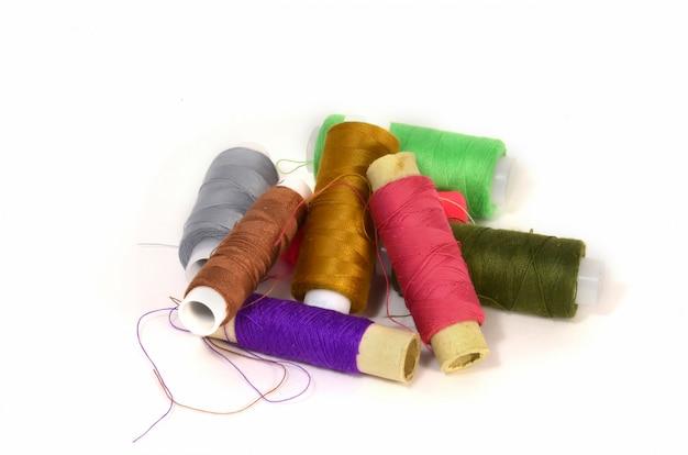 Een set spoelen met verschillend gekleurde draden