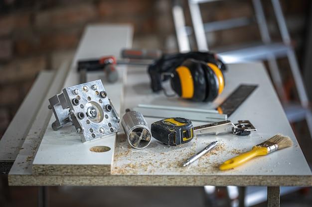 Een set timmermansgereedschappen, accessoires voor precisieboren en houtmetingen.
