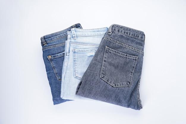Een set van gevouwen jeans geïsoleerd, bovenaanzicht.