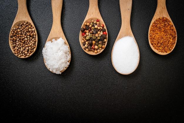 Een set van kruiden en specerijen met lepel