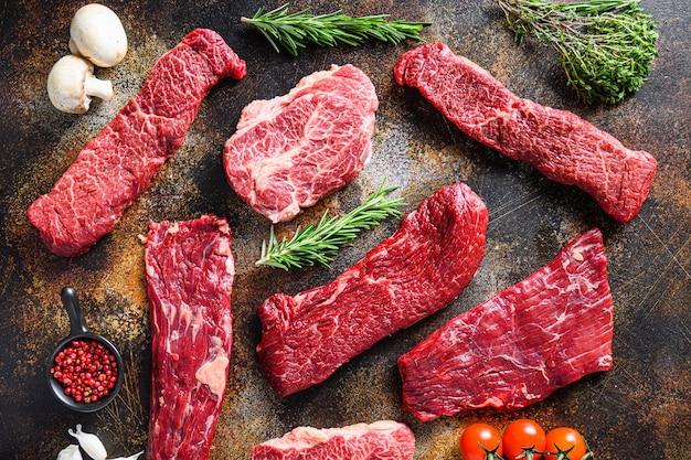 Een set van rauw rundvlees in alternatieve delen met andere ingrediënten