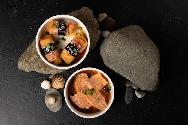 Een set van twee koude gerechten uit de aziatische keuken van vis en vlees. tataki zalm en japanse omelet met spek en zalm.