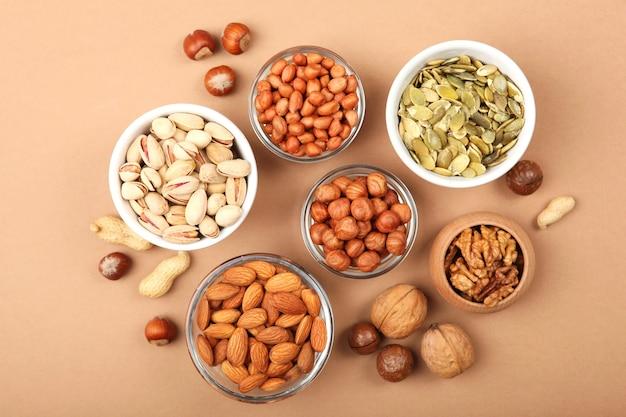 Een set van verschillende noten op tafel