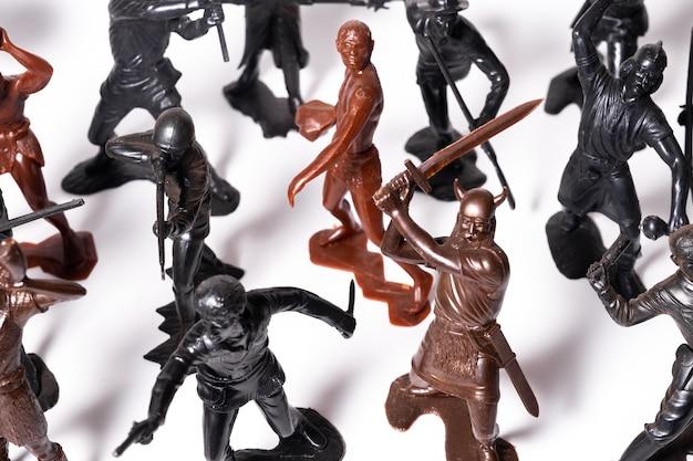 Een set van verschillende speelgoedfiguren van soldaten op een witte achtergrond.