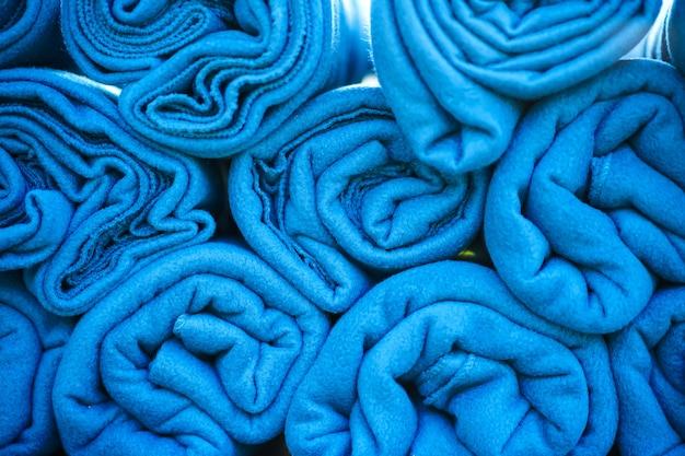 Een set warme blauwe tapijten op een openluchtfeest, voor het geval gasten het 's avonds koud hebben