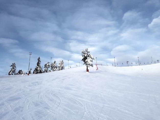 Een skiër glijdt een berghelling af