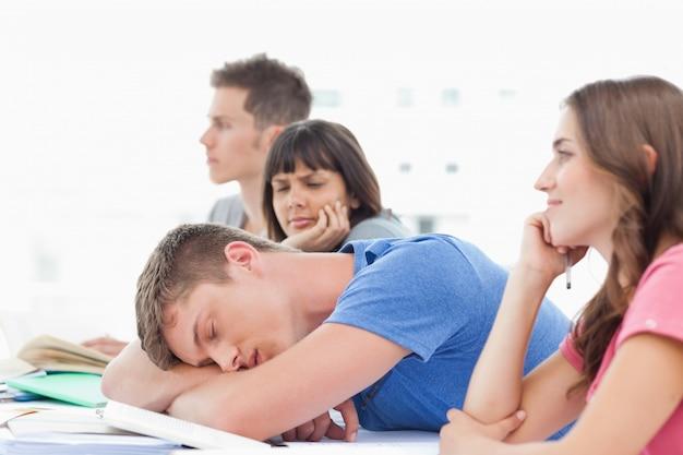 Een slapende student wordt bekeken door een verwarde medestudent
