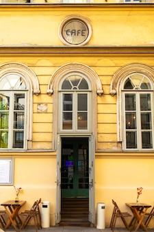Een slecht straatplein bij de ingang van een vintage café in de stad van het oude europa.