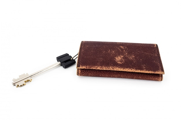 Een sleutel en een bruin lederen bekraste sleutelhouder