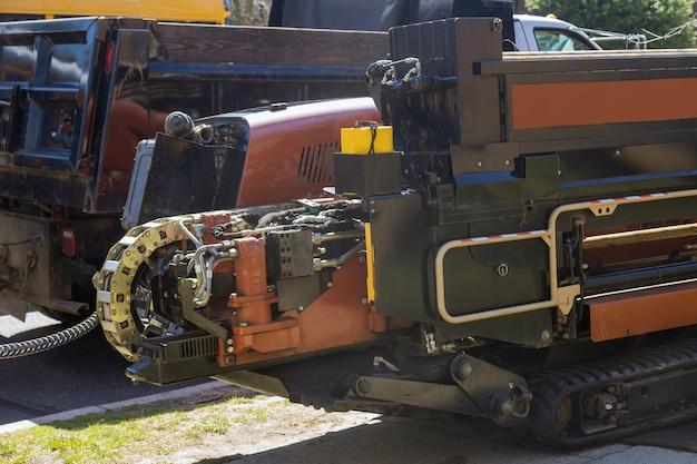 Een sleuvengravermachine die wordt gebruikt om sleuven te graven voor het leggen van buizen op een onderbouwlocatie