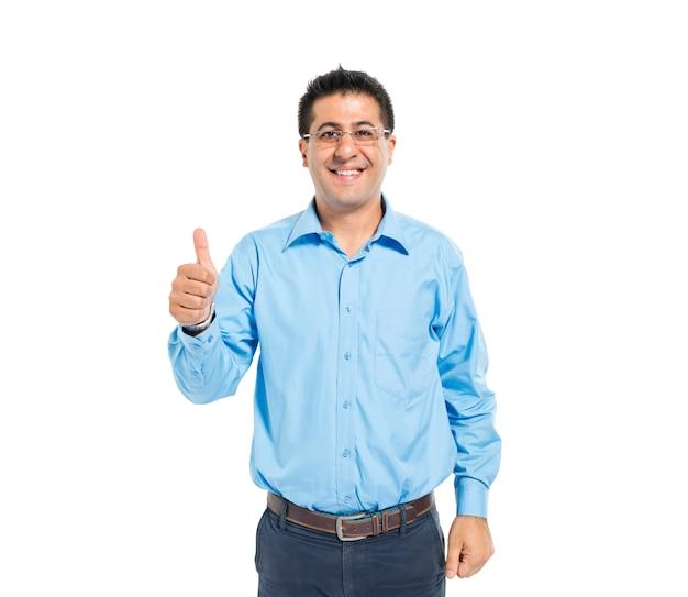 Een slimme casual man geeft duimen omhoog