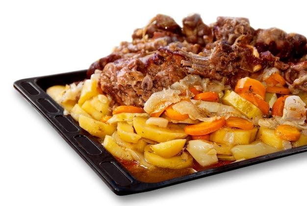 Een smakelijke en heerlijke maaltijd bestaande uit vlees en gedoofde groenten