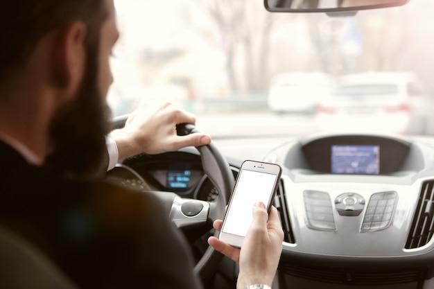 Een smartphone controleren tijdens het rijden