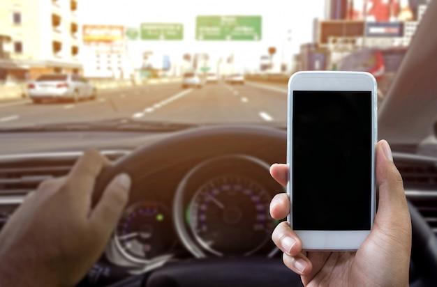 Een smartphone gebruiken tijdens het autorijden