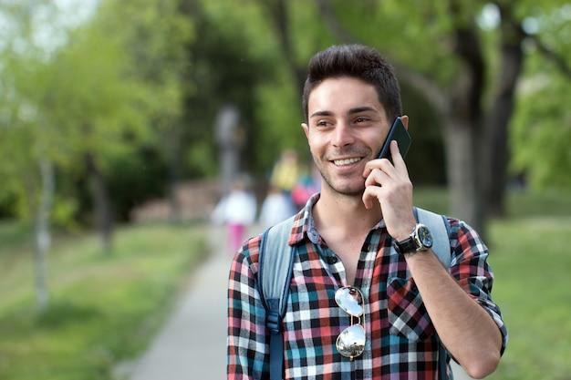Een smartphone gebruiken tijdens het lopen