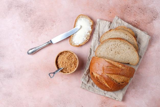 Een sneetje brood met boter.