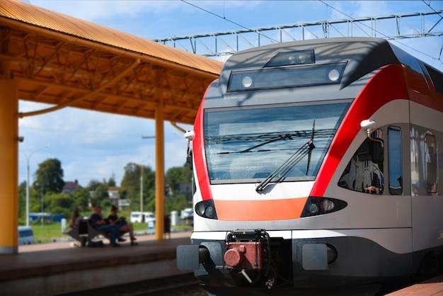 Een snelle trein arriveert op het treinstation