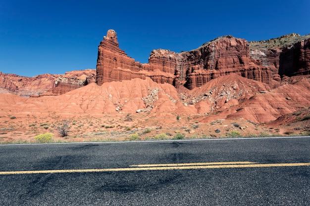 Een snelweg die door rode rotskloven rolt