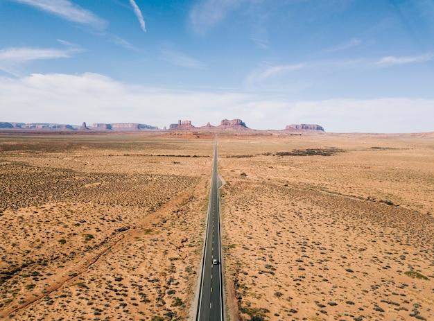 Een snelweg in de woestijn van luchtfoto van de verenigde staten vanuit de lucht