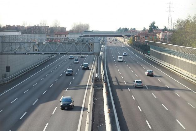 Een snelweg met auto's