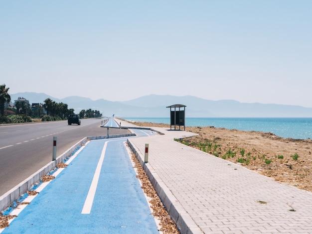 Een snelweg met fietsweg langs de middellandse zee nabij de stad finike in turkije