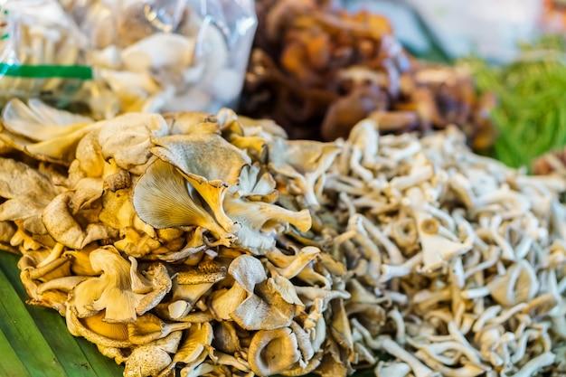 Een soort van verschillende paddenstoelen uit thailand, voor verkoop op de markt.