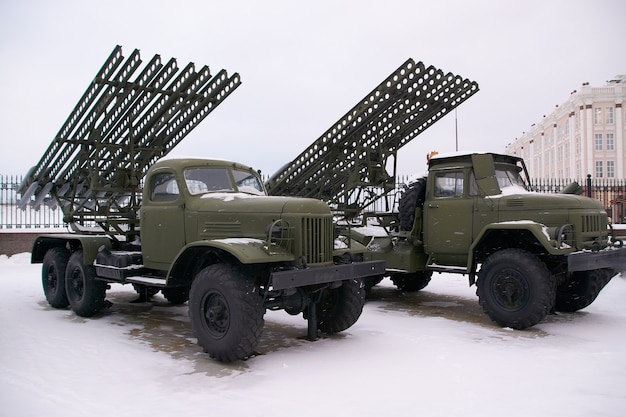 Een sovjettank bij het oefenterrein in de winter. russisch militair materieel