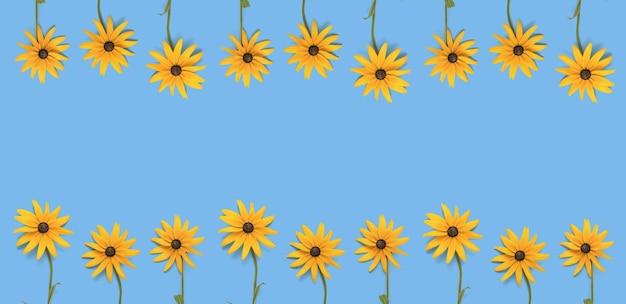 Een spandoek bestaande uit twee rijen heldere zomerbloemen op een blauwe achtergrond. een zomerse ansichtkaart.