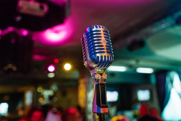 Een speciaal uitgeruste microfoon bevindt zich in het midden van de zaal voor het optreden van de artiest