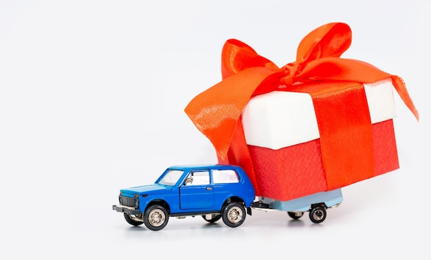 Een speelgoedauto met aanhanger simuleert de bezorging van cadeaus isolate