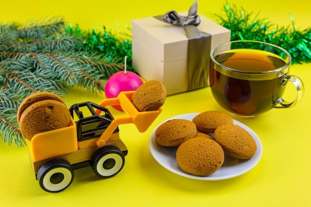 Een speelgoedgraafmachine levert koekjes om de kerst van kinderen te vieren.