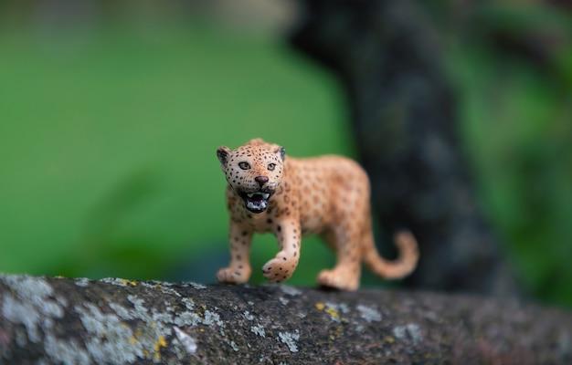 Een speelgoedluipaard in de natuur