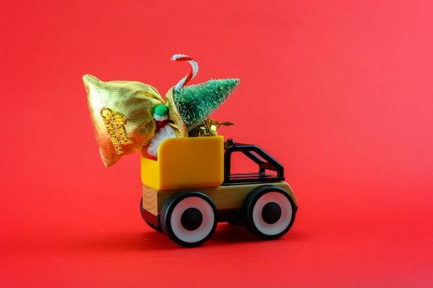 Een speelgoedvrachtwagen vervoert een zak met cadeaus voor kerstmis.