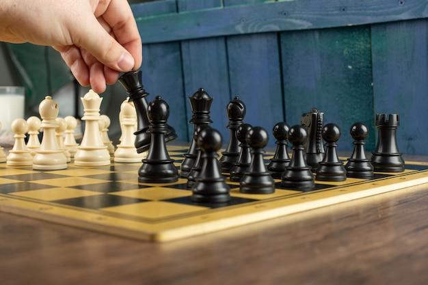 Een speler die aan het schaken is