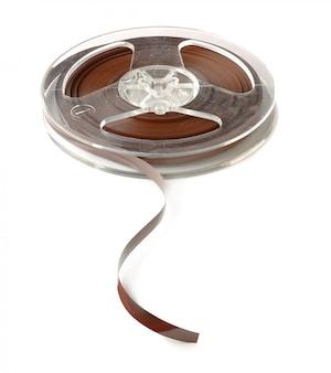 Een spoel van vintage audio magnetische tape geïsoleerd op een witte achtergrond