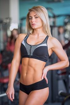 Een sportief meisje in sportkleding na een training