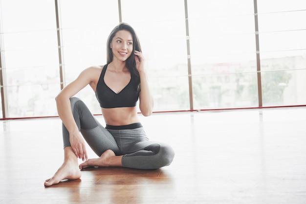 Een sportmeisje dat een rek doet. een vrouw probeert in goede conditie te zijn