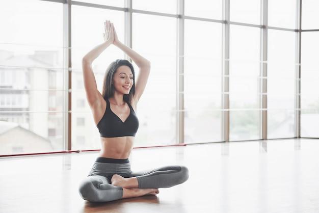 Een sportmeisje dat een stuk doet. een vrouw probeert in vorm te zijn