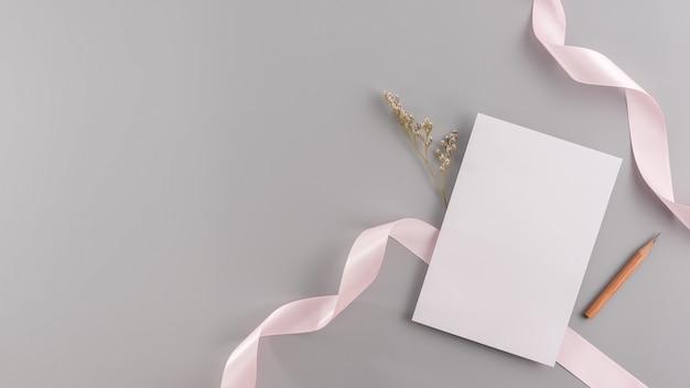 Een spot van de huwelijksuitnodiging omhoog. de hoogste vlakke mening, legt met exemplaarruimte