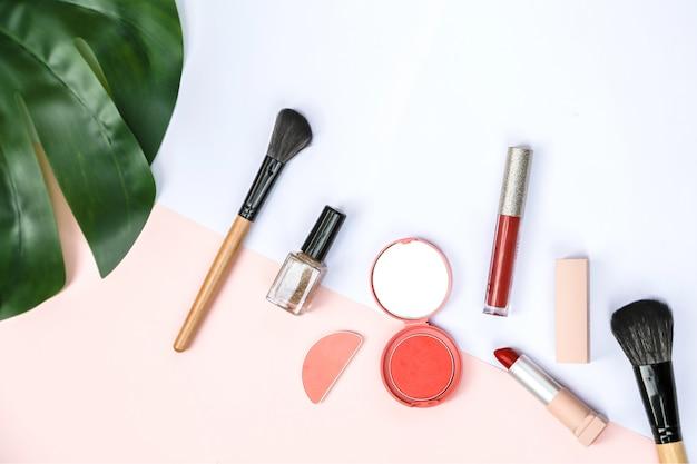 Een spottende set van cosmetische producten met zoet roze en wit papier