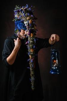 Een sprookjesachtig personage met haar dat takken en bloemen laat groeien, die een lantaarn vasthoudt met een kaars erin