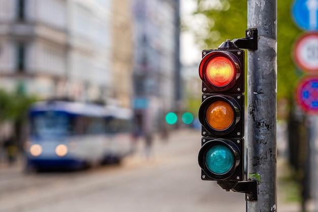 Een stad kruising met een seinpaal, rood licht in seinpaal, verkeersleiding en regelgeving concept