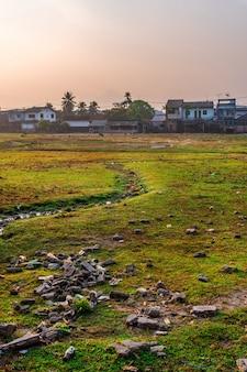 Een stad vol degradatie en vervuiling die wordt veroorzaakt door mensen