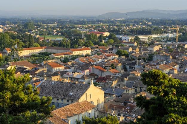 Een stadsgezicht met veel gebouwen in frankrijk in de zomerse dageraad in het park colline saint europe